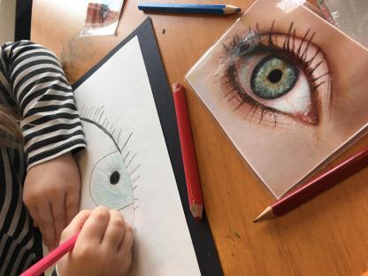 Att utgå från barnens intressen kan också betyda att vi utmanar dem på olika sätt. När barnen visar stort intresse för att rita, så kan vi tillföra material som ger dem fördjupade kunskaper. Som tex att studera ögon på närmare håll.