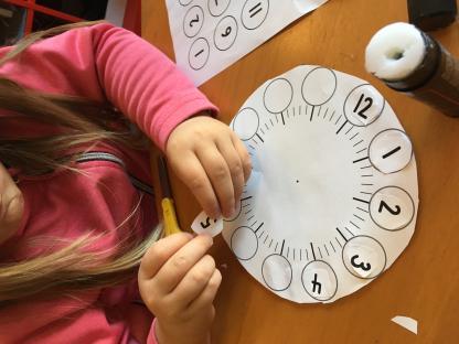 Barnens samtal om tid; vilken tid vi äter, när man ska gå hem, vilken tid kompisen kommer, ledde till att vi skapade egna klockor att utforska tid med.