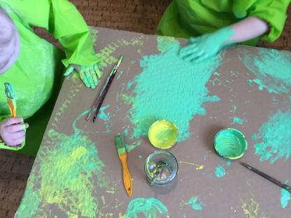 På yngreavdelningen pågår just nu mycket utforskande kring färg på olika sätt. Hur känns färg? Hur använder man olika färger och olika redskap?