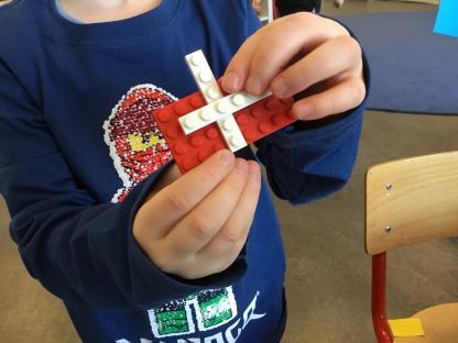 Att utgå från barnens intressen kan leda till att vi tillverkar flaggar i både lego, färg och med papper.