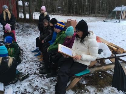 Marlene läser om resan till Pepparkakslandet